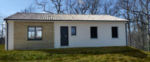 Maison rectangulaire avec bardage bois